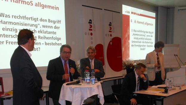 Bildungsdirektor Urs Wüthrich referiert vor Lehrern