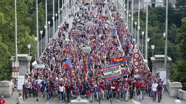 Marsch von FCB-Fans durch Bern