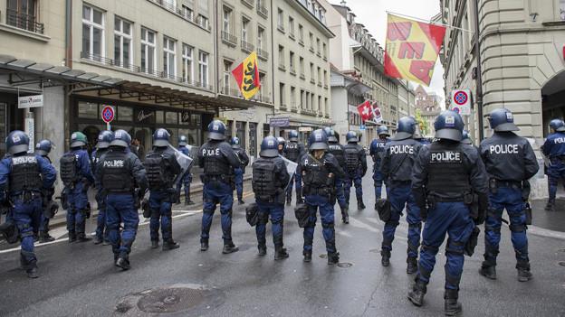 Berner Polizisten riegeln vor dem Cup-Final den Bundesplatz ab.