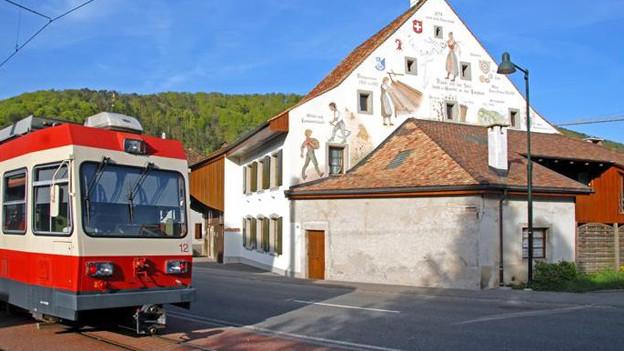 Waldenburgerbahn vor historischem Haus