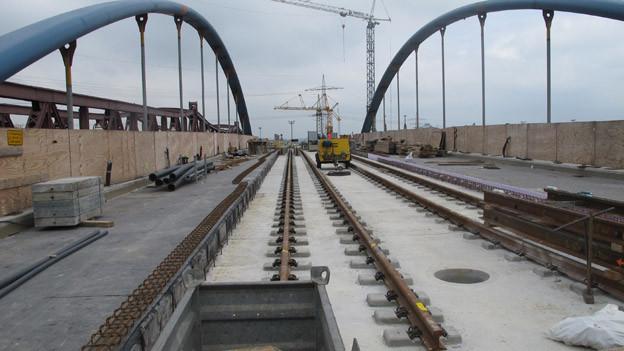 Tram Trasse auf Brücke über Bahngeleise
