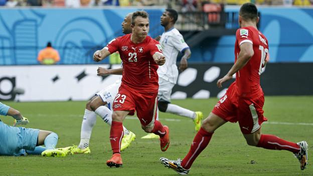 Shaqiri und Zuspieler Drmic feiern zweites Tor gegen Honduras.
