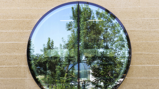 Rundes Fenster am Lehmbau