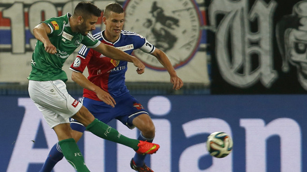 Dejan Janjatovic gegen Basels Verteidiger Fabian Frei.