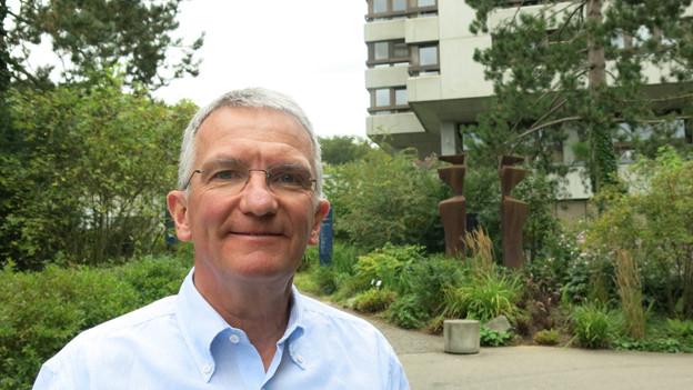 Psychiatrie-Chef Hans-Peter Ulmann vor dem Hauptgebäude.