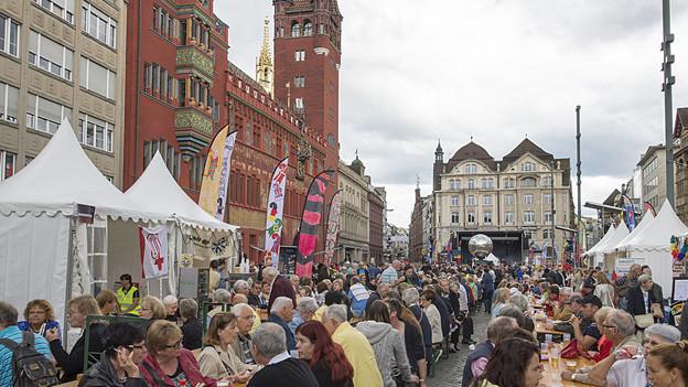 20 000 feiern das Basler Rathaus