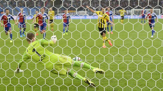 Der FCB-Torhüter Vaclic hält Penalty