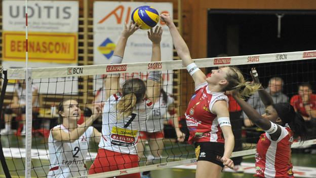 Volleyballerinnen von Sm'Aesch Pfeffingen erhalten Unterstützung des früheren EHC-Mäzens.