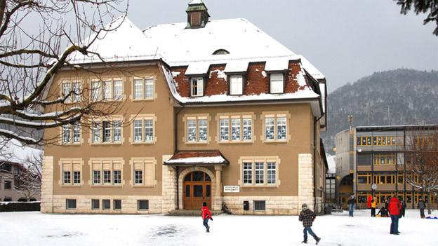 Schulahsu Grellingen im Winter