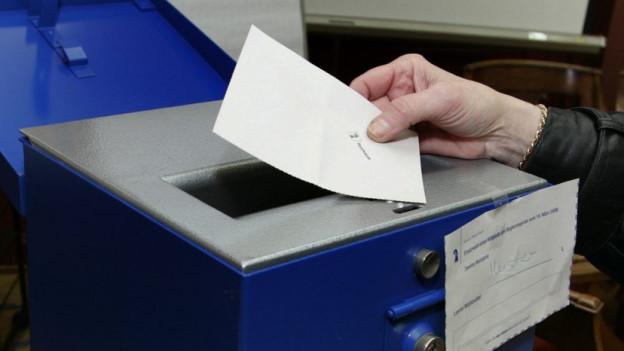 Hand mit Stimmkarte