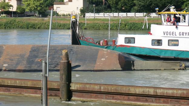 Die havarierte «Merlin» im Basler Rheinhafen.