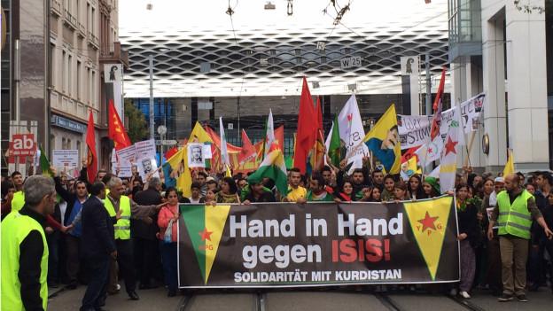 Der Demonstrationszug der Kurden beim Basler Messeplatz.