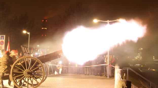 Historische Kanone beim Abschuss