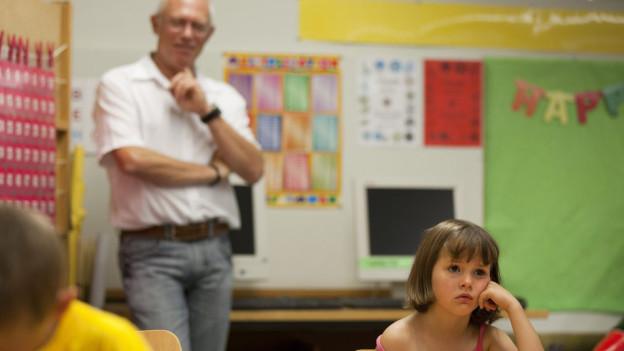 Lehrer und eine gelangweilte Schülerin