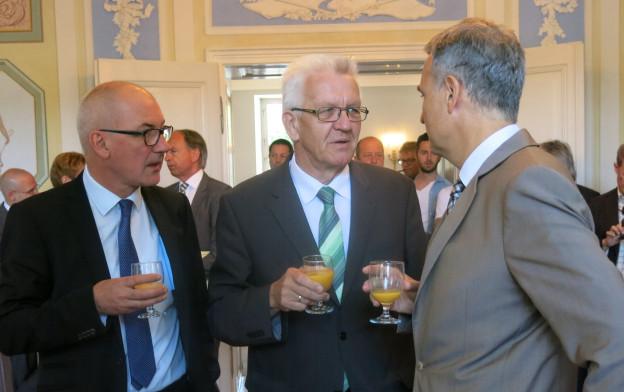 Drei Männer im Gespräch