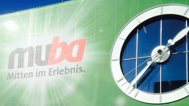 Muba Fassade mit Logo und blauem Himmel