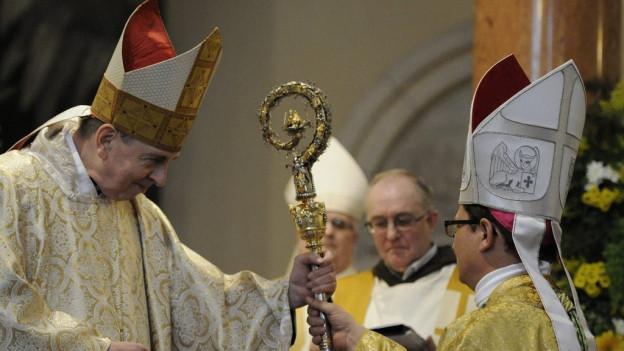 Cardinal Koch übergibt Bischof Gmür den Bischofsstab