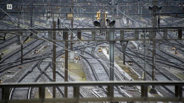 Leere Geleise beim Basler Bahnhof SBB