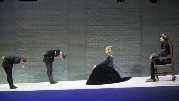 Im Theater Basel müssen praktisch alle Schauspieler gehen.
