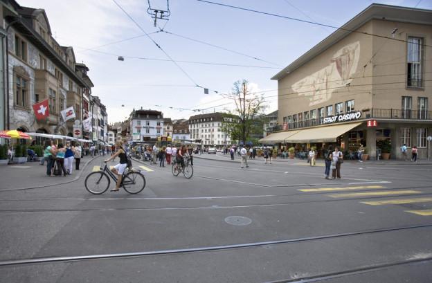 Der Barfüsserplatz mit Trams und Velos