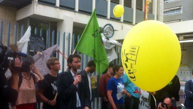 Protestmarsch macht Halt vor Syngenta in Basel.