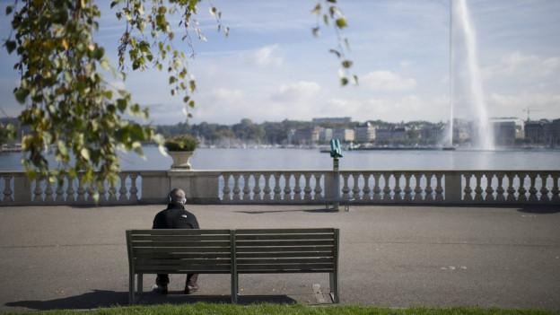 Mann auf Parkbank am Genfersee