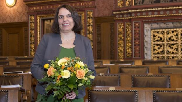 Portrain von Elisabeth Ackermann mit Blumen