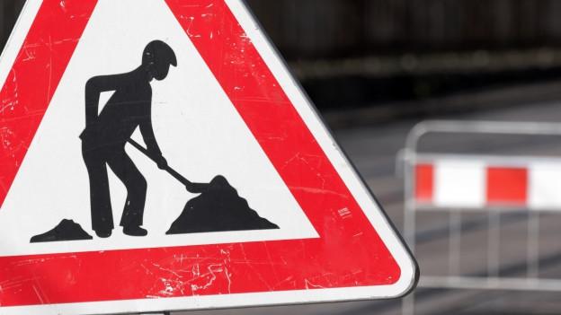 Ein Warnschild für Bauarbeiten