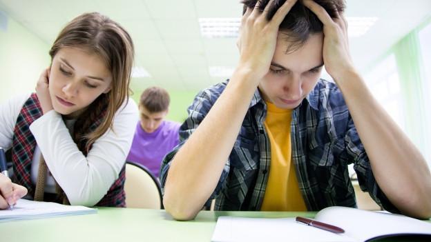 Schülerinnen und Schüler schreiben eine Prüfung