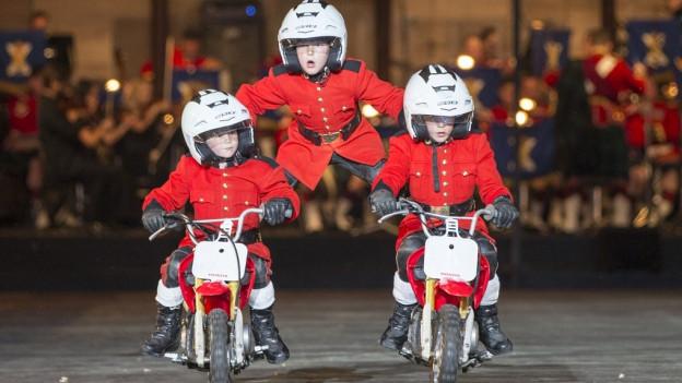 Kinder aus Korea zeigen ihr Können auf Motorrädern.