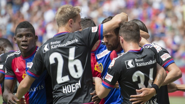 Spieler des FC Basel umarmen sich.