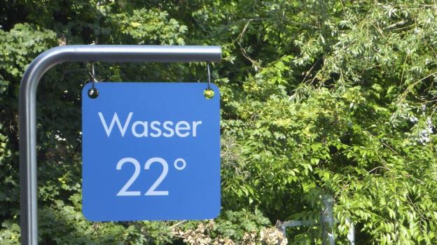 Ein Temperatur-Schild am Rhein