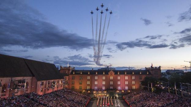 Die Patrouille Suisse fliegt über die Kaserne