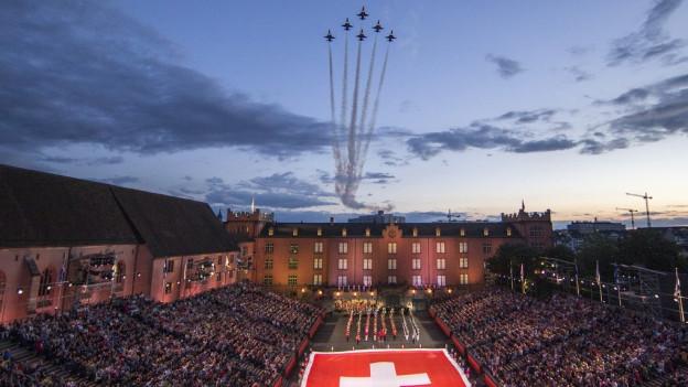 Die Patrouille Suisse fliegt über das Basel Tattoo.