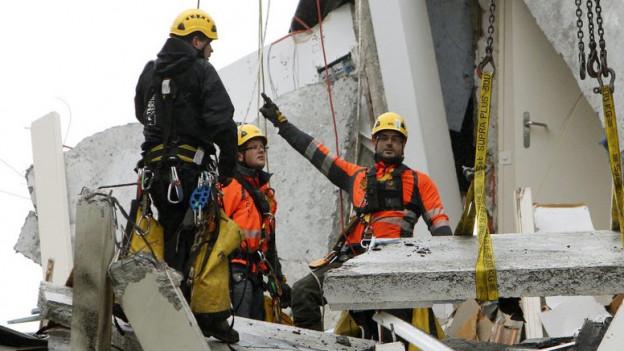 Rettungskräfte in den Trümmern nach der Explosion