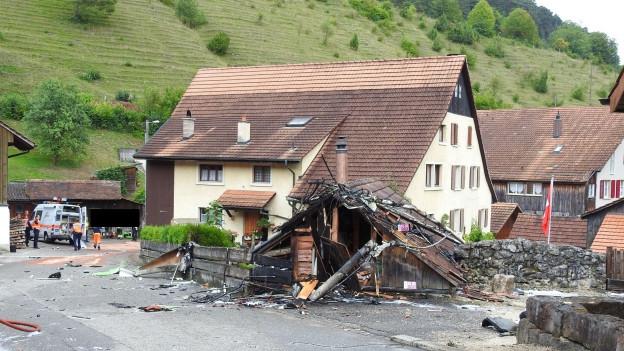 Flugzeug stürzte mitten im Dorf Dittingen ab.
