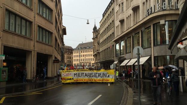 Gegen zweihundert Demonstranten ziehen durch die Basler Innenstadt gegen «CONEX15»