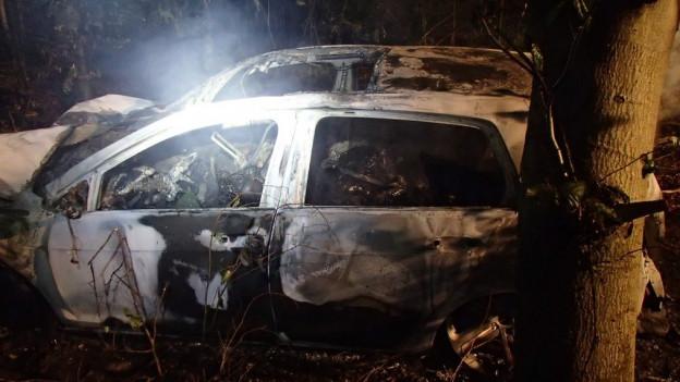 Der Kleinwagen, in dem sieben Personen sassen, brannte aus.