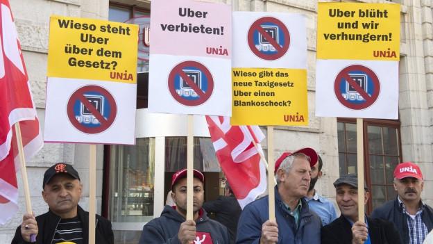 Basler Taxifahrer protestieren gegen Uber.