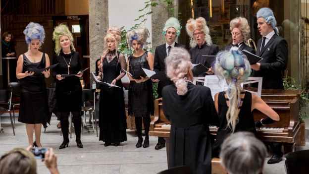 Das Theater präsentiert Opernarien im Unternehmen Mitte
