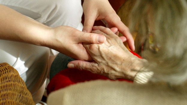 Pflege eines alten Menschen