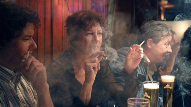 Restarant Besucher mit Zigarette und Bier