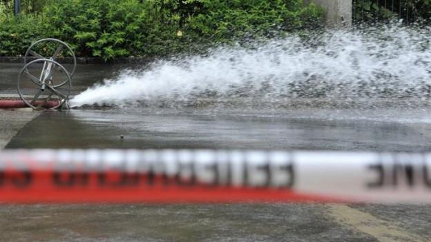 Wasser spritzt aus einer Leitung (Symbolbild)