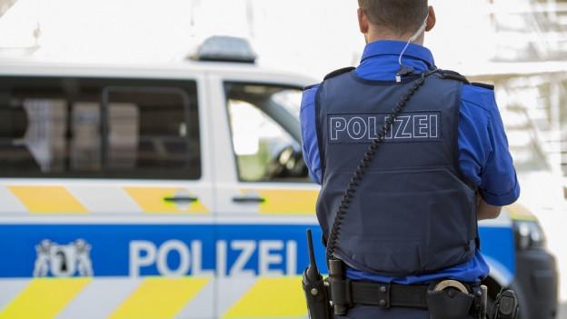Polizeiauto und Polizist.