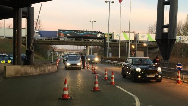 Französische Zöller kontrollieren Autos, die die Grenze passieren.