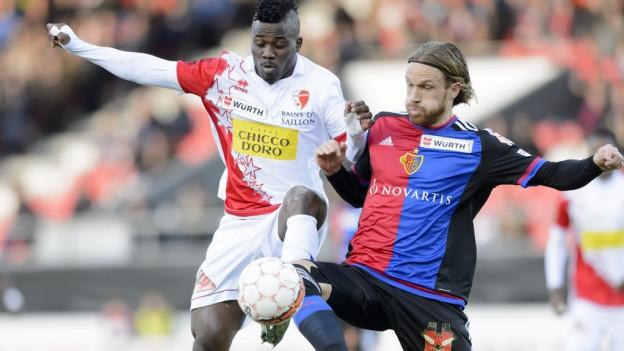 FCB-Verteidiger Michael Lang erkämpft sich einen Ball