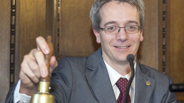 Christian Egeler klingelt mit einer Glocke
