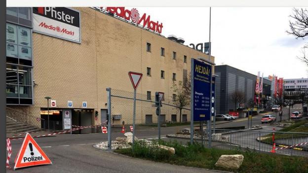 Einkaufszentrum mit Polizeischild