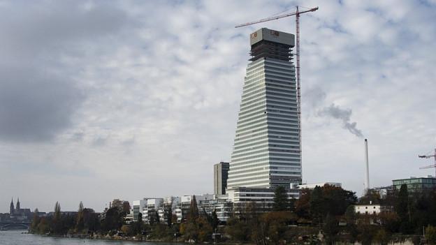 Roche-Turm in der Basler Stadt-Silhouette