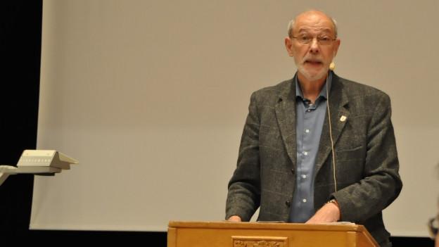 Muttenzer Gemeindepräsident Peter Vogt erklärt die Pläne für ein Flüchtlingszentrum.